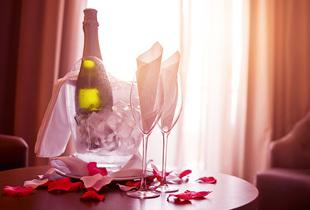 £129 for (from Buyagift) a romantic overnight escape for two including breakfast, Champagne/wine and chocolates/flowers on arrival - choose from 79 locations!